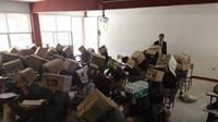 Seorang guru di Meksiko meminta para siswa menutupi kepalanya dengan kardus agar tak mencontek (Dok.Facekook/Diario de Hidalgo)