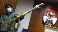 Petugas menunjukkan pedang emas pemberian Raja Arab Saudi Salman bin Abdulaziz Al Saud di Gedung KPK, Jakarta, Kamis (16/3). Total nilai barang-barang yang diterima dari rombongan Raja Salman itu ditaksir mencapai Rp 5 miliar. (Liputan6.com/Helmi Afandi)