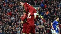 Para pemail Liverpool merayakan gol yang dicetak James Milner ke gawang Leicester pada laga Premier League di Stadion Anfield, Liverpool, Sabtu (5/10). Liverpool menang 2-1 atas Leicester. (AFP/Paul Ellis)