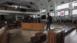 Karyawan menyiapkan keperluan untuk menyambut kenormalan baru di Gereja Protestan Indonesia Bagian Barat (GPIB) Effatha, Jakarta, Sabtu (4/7/2020). GPIB Effatha menerapkan protokol kesehatan seiring kembali dibukanya gereja tersebut untuk ibadah di tengah pandemi COVID-19. (Liputan6.com/Johan Tallo)