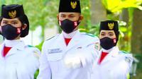 Paskibraka dari Riau Dwita Okta Amelia Herdian (kanan) saat menjalankan tugas negara mengibarkan bendera merah putih pada HUT ke-76 RI. (Liputan6.com/Istimewa)