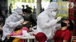 Calon penumpang mengikuti rapid test antigen di Stasiun Gambir, Jakarta, Rabu (23/12/2020). Rapid test tersebut dilakukan untuk melengkapi syarat perjalanan untuk menggunakan layanan kereta api.  (Liputan6.com/Johan Tallo)