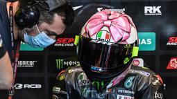 Helm yang didesain oleh Aldo Drudi ini begitu kental dengan aura perempuan. Pebalap juara dunia 9 kali ini memasukkan unsur feminim seperti grafis pita dan warna pink. (AFP/Andreas Solaro)