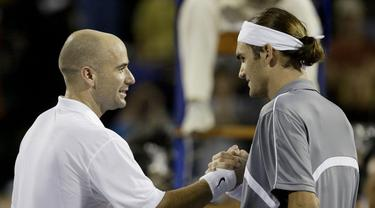 1. Tahun 2003 - Roger Federer (Swiss) berhadapan dengan Andre Agassi (USA) dalam partai final yang berlangsung di Westside Tennis Club, Houston, Texas, USA (16/11/2003). Roger Federer menang dengan skor 6-3, 6-0, 6-4. (AFP/Matthew Stockman/Via Getty Images)