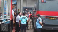 Basuki Tjahaja Purnama atau Ahok menyapa awak media saat tiba di Rutan Cipinang, Jakarta Timur, Selasa (9/5). Majelis hakim memvonis Ahok pidana penjara dua tahun. (Liputan6.com/Helmi Afandi)