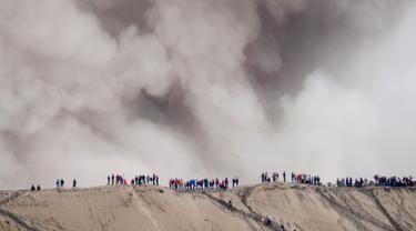 Warga suku Tengger menggelar upacara Kasada di gunung Bromo, Probolinggo, Rabu (20/7).Meskipun Gunung Bromo terus memuntahkan abu vulkanik, Warga tetap melaksanakan upacara.(REUTERS / Beawiharta)