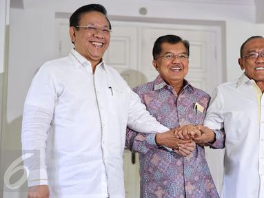 Wakil Presiden Jusuf Kalla (tengah), bersalaman bersama Ketua Umum Partai Golkar Munas Bali Aburizal Bakrie (kanan), Ketua Umum Partai Golkar Munas Ancol, Agung Laksono bersalaman di kediaman wapres, Jakarta, Rabu (3/2). (Liputan6.com/Faizal Fanani)