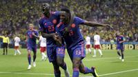 Bek Kolombia, Yerry Mina, merayakan gol ke gawang Polandia pada laga grup H Piala Dunia di Kazan Arena, Kazan, Minggu (24/6/2018). Kolombia menang 3-0 atas Polandia. (AP/Thanassis Stavrakis)