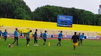 Sebanyak 24 orang pemain baru ditambah 2 pemain trial Sriwijya FC perdana berlatih di Stadion Madya Bumi Sriwijaya Palembang (Liputan6.com / Nefri Inge)