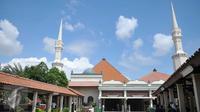 Suasana Masjid Luar Batang di daerah Pasar Ikan, Jakarta Utara, (1/4). Di masjid ini terdapat makam seorang ulama bernama Al Habib Husein bin Abubakar bin Abdillah Al 'Aydrus yang meninggal pada tanggal 24 Juni 1756. (Liputan6.com/Gempur M Surya)