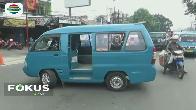 Puluhan sopir angkot trayek Ciawi-Baranangsiang, Bogor, lakukan aksi sweeping. Mereka menolak kehadiran angkot modern karena dianggap menyalip pendapatan dan menambah kemacetan.