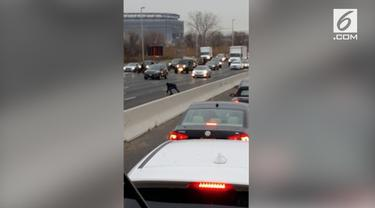 Sebuah truk bank mengalami kecelakaan di East Rutherford, New Jersey. Insiden itu membuat 'hujan uang' di jalan raya.