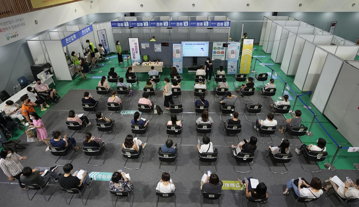 Orang-orang menunggu untuk dipantau kemungkinan efek samping setelah menerima vaksin virus corona COVID-19 Pfizer-BioNTech di pusat vaksinasi di Seoul, Korea Selatan, Kamis (5/8/2021). Korea Selatan berjuang untuk menjinakkan gelombang infeksi keempat virus corona COVID-19. (AP Photo/Ahn Young-joon)