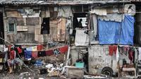 Aktivitas warga permukiman bantaran rel di Jakarta, Minggu (18/10/2020). Institute for Development of Economics and Finance (Indef) memproyeksikan angka kemiskinan di Indonesia naik pada periode September 2020. (merdeka.com/Iqbal S. Nugroho)
