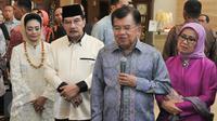 Wapres Jusuf Kalla bersama ibu Mufidah Kalla menghadiri undangan syukuran mantan ketua Komisi Pemberantasan Korupsi (KPK) Antasari Azhar, Tanggerang Selatan, Sabtu (26/11). (Liputan6.com/Yoppy Renato)