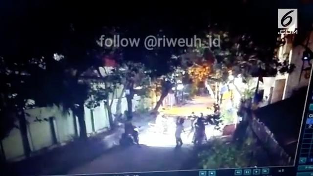 Pembegalan sadis di depan SMPN 7 Bekasi terekam kamera CCTV. Korban begal mengalami luka bacok di perut dan harus dijahit.