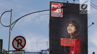 Baliho bergambar Ketua DPP PSI, Tsamara Amany di Jalan Jenderal Gatot Soebroto disegel Pemprov DKI Jakarta, Kamis (27/12). Reklame berikut konstruksinya melanggar perda no.9 tahun 2014 tentang penyelenggaraan reklame. (Lipiutan6.com/Helmi Fithriansyah)