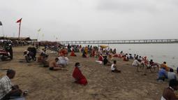 Suasana saat umat Hindu melakukan ritual selama gerhana matahari di pertemuan Sungai Gangga dan Sungai Yamuna di Sangam, Prayagraj, India, Minggu (21/6/2020). Fenomena gerhana matahari pada 21 Juni 2020 terlihat dari berbagai negara di dunia. (AP Photo/Rajesh Kumar Singh)
