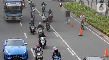 Warga bersepeda setelah jam kerja di jalur khusus sepeda kawasan Jalan Sudirman, Jakarta, Selasa (14/7/2020). Dirlantas Polda Metro Jaya dan Dishub DKI Jakarta telah menyepakati jam operasional jalur sepeda pada pagi dan sore hari selama PSBB Transisi. (Liputan6.com/Fery Pradolo)