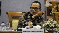 Menteri Tenaga Kerja, Hanif Dhakiri mengikuti rapat kerja dengan Komisi IX DPR di Kompleks Parlemen, Senayan, Jakarta, Kamis (19/11). Rapat tersebut membahas isu-isu terkait permasalahan tenaga kerja di Indonesia.(Liputan6.com/Johan Tallo)