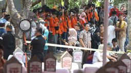 Warga menghadiri pemakaman Presiden ke-3 RI BJ Habibie di TMP Kalibata, Jakarta, Kamis (12/9/2019). Proses pemakaman Habibie akan dilakukan secara kemiliteran dengan dipimpin Presiden Joko Widodo. (Liputan6.com/Herman Zakharia)