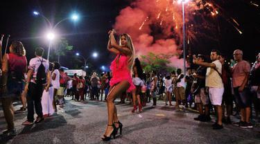 Seorang wanita menari selama sesi latihan oleh sekolah samba Mangueira di Rio de Janeiro, Brasil (21/2). Karnaval Rio de Janeiro akan berlangsung dari 2 Maret hingga 9 Maret 2019. (AFP Photo/Carl De Souza)