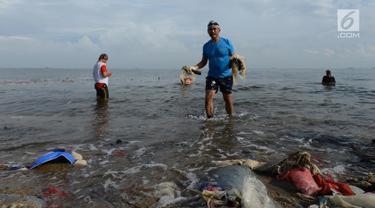 Sejumlah prajurit TNI AL membersihkan sampah di kawasan Pantai Ancol, Jakarta, Jumat (1/3). Kegiatan bersih-bersih itu menjadi giat yang bersifat keluarga dan melibatkan sejumlah elemen masyarakat. (Merdeka.com/ Imam Buhori)