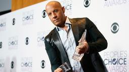 """Aktor Vin Diesel berpose dengan dua penghargaan yang didapatnya untuk Film Favorit dan aksi film favorit Film di """"Furious 7"""" dalam People's Choice Awards 2016, Los Angeles (6/1/2016). (REUTERS/Danny Moloshok)"""