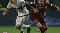 bek Milan, Armero terus tempel Baselli di laga Torino vs Milan (MARCO BERTORELLO / AFP)