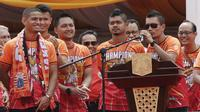 Kapten Persija Jakarta, Ismed Sofyan, memberikan sambutan di Balai Kota, Jakarta, Sabtu (15/12). Pawai tersebut untuk merayakan keberhasilan Persija meraih gelar Juara Liiga 1 Indonesia. (Bola.com/M Iqbal Ichsan)