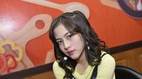 "Gadis asal Bandung ini mulai bergabung dengan JKT 48 sejak Desmber 2016 silam, saat ini Zara tergabung di Tim T JKT48. Ia terlibat dalam singel ""Luar Biasa"" dan ""Dirimu Melody"" yang merupakan singel utama JKT 48.   (Liputan6.com/IG/jkt48.zara)"