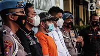 Pedangdut Ridho Rhoma dihadirkan saat rilis kasus narkoba di Polres Pelabuhan Tanjung Priok, Jakarta Utara, Senin (8/2/2021). Penangkapan anak Rhoma Irama itu dilakukan saat berada di sebuah apartemen. (Liputan6.com/Faizal Fanani)
