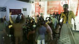 Petugas membersihkan ruangan diorama di Museum Sumpah Pemuda, Jakarta, Selasa (23/10). Di tempat ini para pemuda Indonesia berikrar mengakui satu tanah air, satu bangsa, dan satu bahasa yakni Indonesia. (Merdeka.com/Imam Buhori)