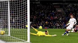 Gelandang Chelsea, Christian Pulisic, mencetak gol ke gawang Burnley pada laga Premier League di Stadion Turf Moor, Burnley, Sabtu (26/10). Burnley kalah 2-4 dari Chelsea. (AP/Anthony Devlin)