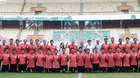 Pemain Timnas Indonesia foto bersama usai sesi latihan di Stadion Wibawa Mukti, Cikarang, Senin (13/1/2020). Sebanyak 51 pemain mengikuti seleksi untuk memperkuat skuat utama Timnas Indonesia U-19. (Bola.com/M Iqbal Ichsan)
