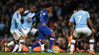 Gelandang Chelsea, Willian, berusaha melewati kepungan pemain Manchester City pada laga Premier League di Stadion Etihad, Manchester, Sabtu (23/11). City menang 2-1 atas Chelsea. (AFP/Oli Scarff)