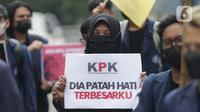 Mahasiswa yang tergabung dalam BEM Institut Pertanian Bogor menunjukkan poster saat melakukan aksi unjuk rasa di jalan Kuningan Persada sekitar Gedung Merah Putih KPK, Jakarta, Rabu (2/6/2021). Mereka menolak TWK dan pelantikan pegawai KPK menjadi ASN. (Liputan6.com/Helmi Fithriansyah)