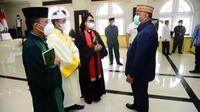 Gubernur Gorontalo Rusli Habibie, saat berbincang dengan 3 tokoh agama berbeda di Gorontalo (Arfandi Ibrahim/Liputan6.com)