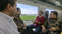 Presiden Jokowi berbincang dengan Ketum PKB, Muhaimin Iskandar dan Menteri Perhubungan Budi Karya Sumadi saat menjajal kereta bandara menuju Stasiun Sudirman Baru, Selasa (2/1). (Liputan6.com/Pool/Kurniawan)