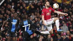 Gelandang Manchester United, Juan Mata (kanan) berusaha mengontrol bola dari kawalan pemain Club Brugge, Clinton Mata pada pertandingan leg kedua babak 32 besar Liga Europa di Old Trafford, Inggris, Kamis, (27/2/2020). MU menang telak 5-0 atas Club Brugge. (AP Photo/Dave Thompson)