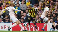 Pemain Watford, Roberto Pereyra berusaha mengontrol bola dari kawalan dua pemain Manchester United saat bertanding pada lanjutan Liga Inggris di stadion Vicarage Road, Inggris (15/9). MU menang tipis 2-1 atas Watford. (AP Photo/Frank Augstein)
