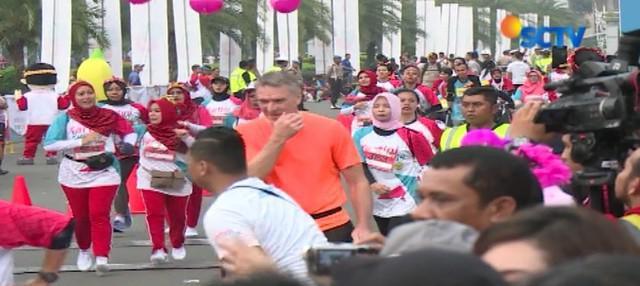 Memperingati Hari Kartini, ribuan warga berkumpul untuk berlari bersama di Monas, Jakarta Pusat.