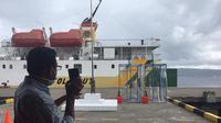 Salah satu armada PT.Pelni bersandar di Pelabuhan Yos Sudarso Ambon.