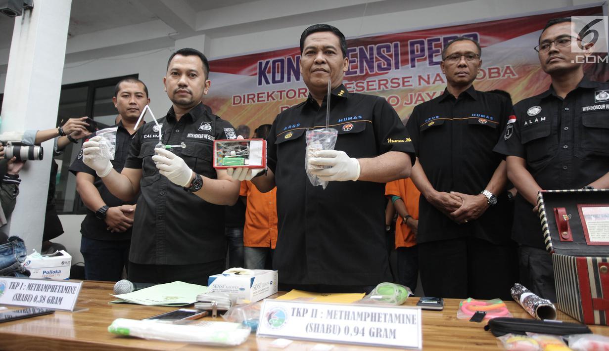 Kabid Humas Polda Metro Jaya, Kombes Pol Argo Yuwono menujukkan barang bukti narkoba yang menjerat putri bungsu ratu dangdut Elvy Sukaesih, Dhawiya dan dua orang kakaknya saat rilis di Polda Metro Jaya, Jakarta, Sabtu (17/2). (Liputan6.com/Arya Manggala)