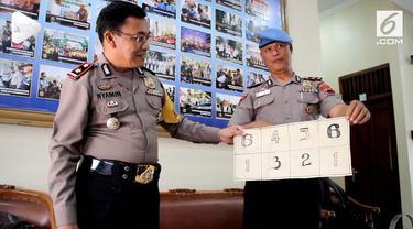 Empat anggota polisi diciduk Propam Polres Grobogan lantaran bermain judi dengan warga. Polres Grobogan akan menjatuhkan sanksi pada para pelaku.