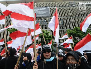 Massa aksi yang tergabung dalam Persaudaraan alumni 212 atau PA 212 melakukan aksi damai di depan gedung Bawaslu, Jakarta, Jumat (10/5/2019). Pada aksinya mereka melaporkan kecurangan pemilu yang merugikan Capres dan Cawapres 02 dan menuntut Bawaslu untuk tetap netral. (Liputan6.com/Herman Zakharia)