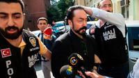 Adnan Oktar alias Harun Yahya selama penangkapannya pada 2018. Dia memberi tahu hakim bahwa dia memiliki hampir 1.000 pacar. (AFP)