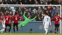 Kiper Manchester United, David de Gea gagal menyalamatkan gawang dari sundulan pemain Swansea City, Mike van der Hoorn saat pertandingan Liga Premier Inggris di Stadion Liberty, Inggris (6/11). (AFP/Geoff Caddick)