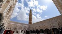 Suasana bulan puasa Ramadhan di Masjid Sanaa, Yaman (16/4/2021). Umat Muslim di Yaman percaya bahwa kohl atau celak mampu membersihkan dan melindungi mata dari berbagai penyakit. (AFP/ Mohammed Huwais)