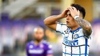 Striker Inter Milan, Lautaro Martinez, tampak kecewa usai mencetak gol ke gawang Fiorentina pada laga Coppa Italia di Stadion Artemio Franchi, Rabu (13/01/2021). Inter Milan menang dengan skor 2-1. (Jennifer Lorenzini/LaPresse via AP)